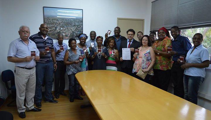 Cerimônia de assinatura contou com a presença de representantes negros e de vereadores.