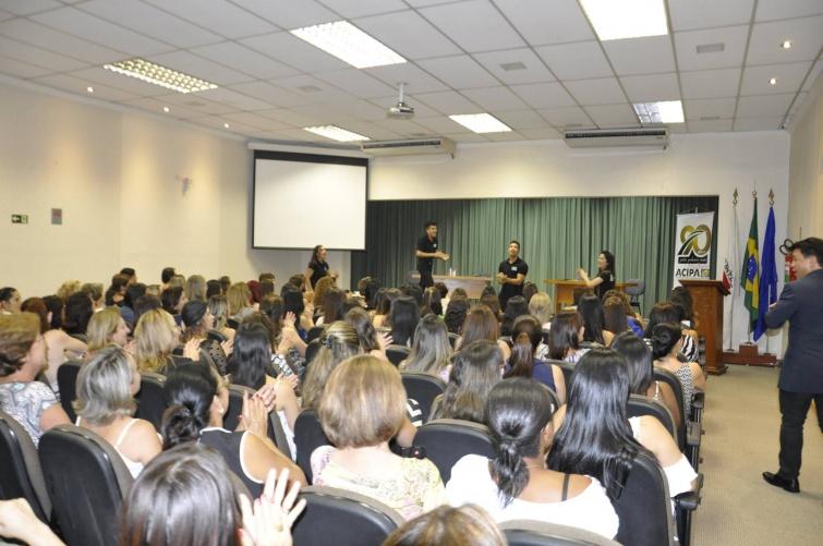 Espetáculo O Grande Vendedor durante Happy Hour - Mulher Empreendedora. Foto: Divulgação