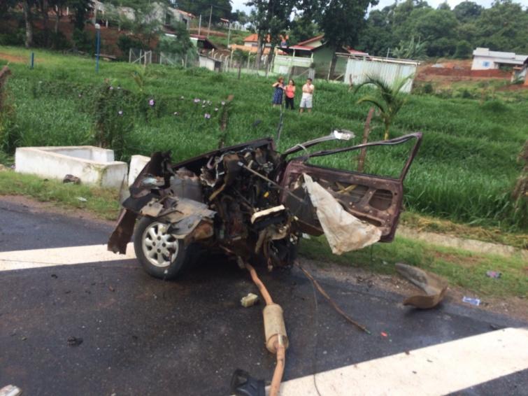 Carro foi partido ao meio na batida. Foto: PRF