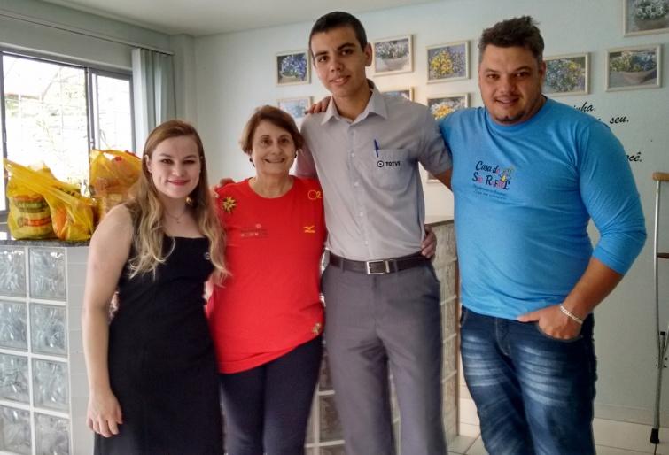 Na foto, da esquerda para a direita: Débora Lemos (colaboradora TOTVS), Vera Renno (presidente da Casa), Daniel Catarino (colaborador TOTVS) e Paulo Sérgio Ferreira (colaborador da Casa). Foto: Ascom TOTVS