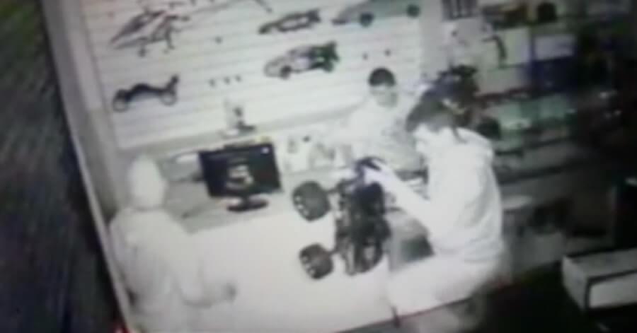 Ação dos ladrões foi flagrada por câmera de segurança.