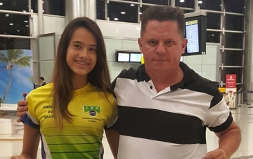 Bárbara Hellen Rodrigues e seu técnico, João do Karatê, desembarcaram na Indonésia.
