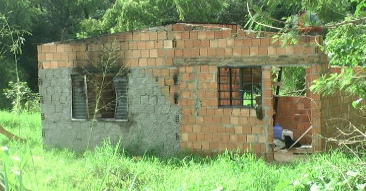 O suspeito é um pedreiro de 53 anos, que após ser preso, teve sua casa incendiada por adolescentes.