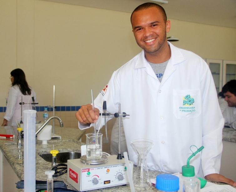 A faculdade dispõe de laboratórios modernos