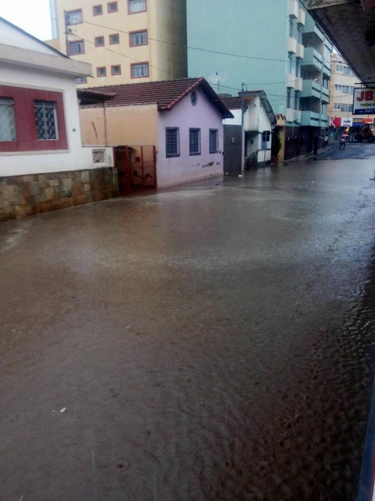 Em fase final de obras, Rua Monsenhor Dutra voltou a alagar após chuva desta tarde. Foto enviada por morador.