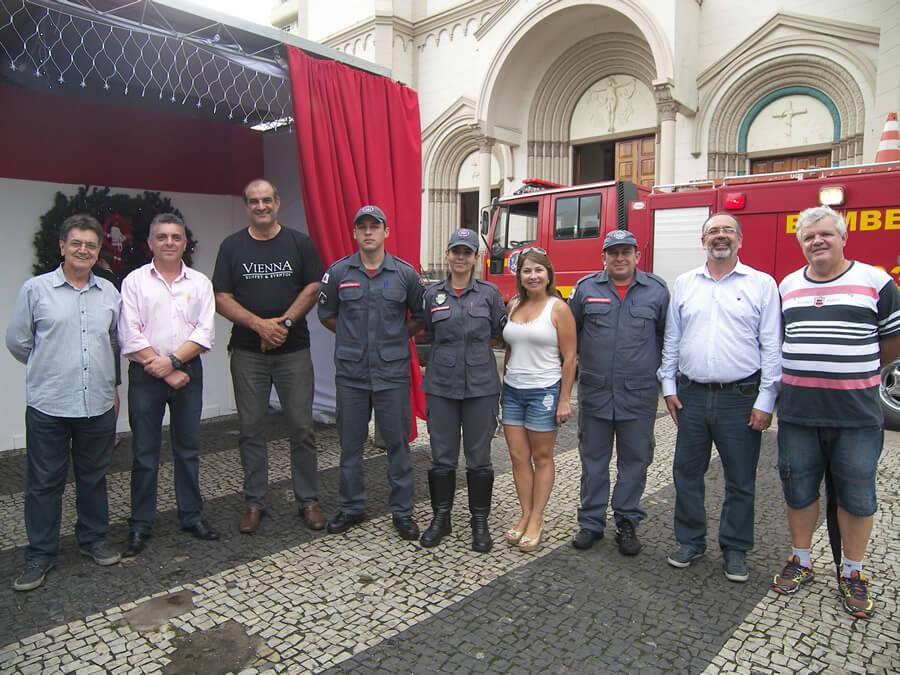 Diretoria da Acipa e Corpo de Bombeiros no lançamento da Casa do Papai Noel. Foto: Ascom Acipa