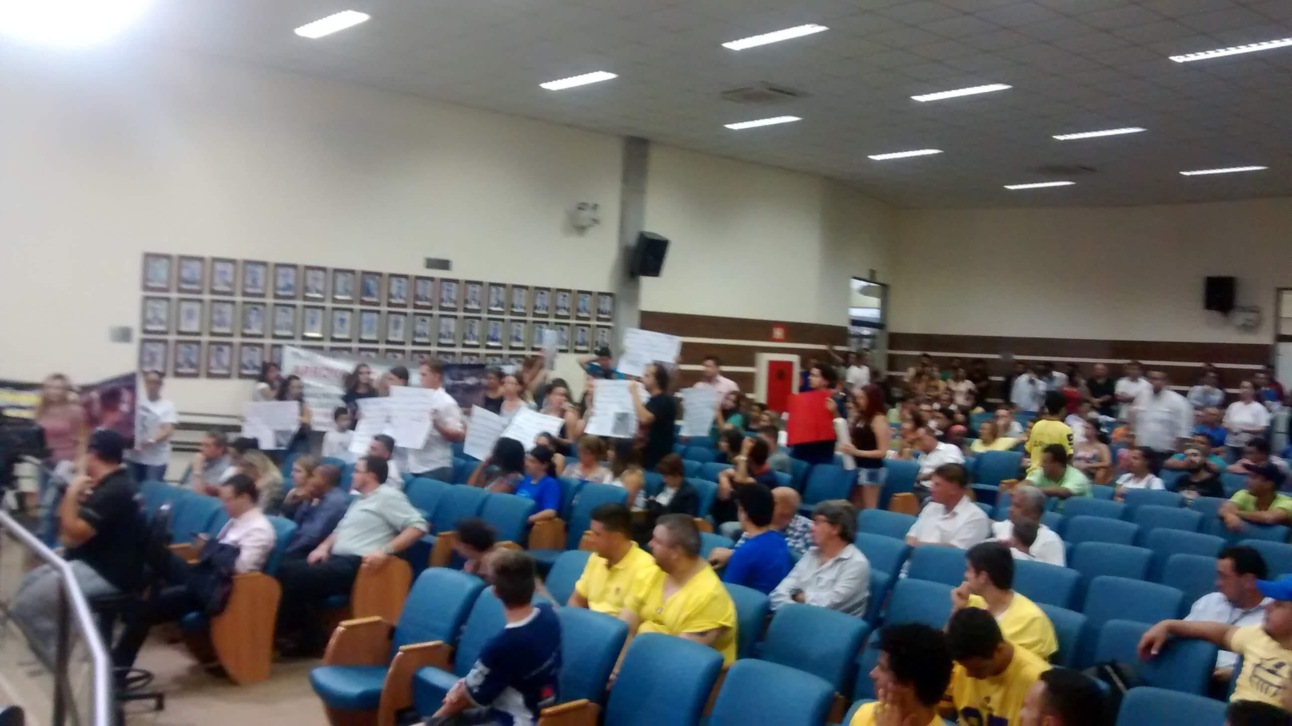 Carroceiros e pessoas contrárias ao projeto também  foram em peso pressionarar os vereadores.