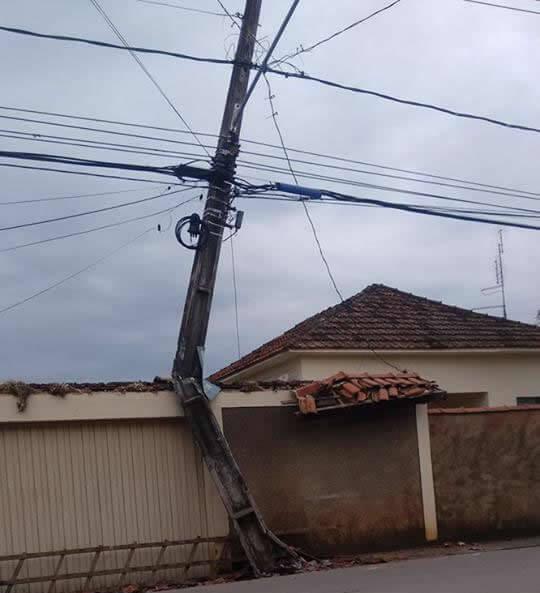 Caminhão bateu em Poste e derrubou telhado. Local é usado como ponto de ônibus. Foto: Diego Cassimiro