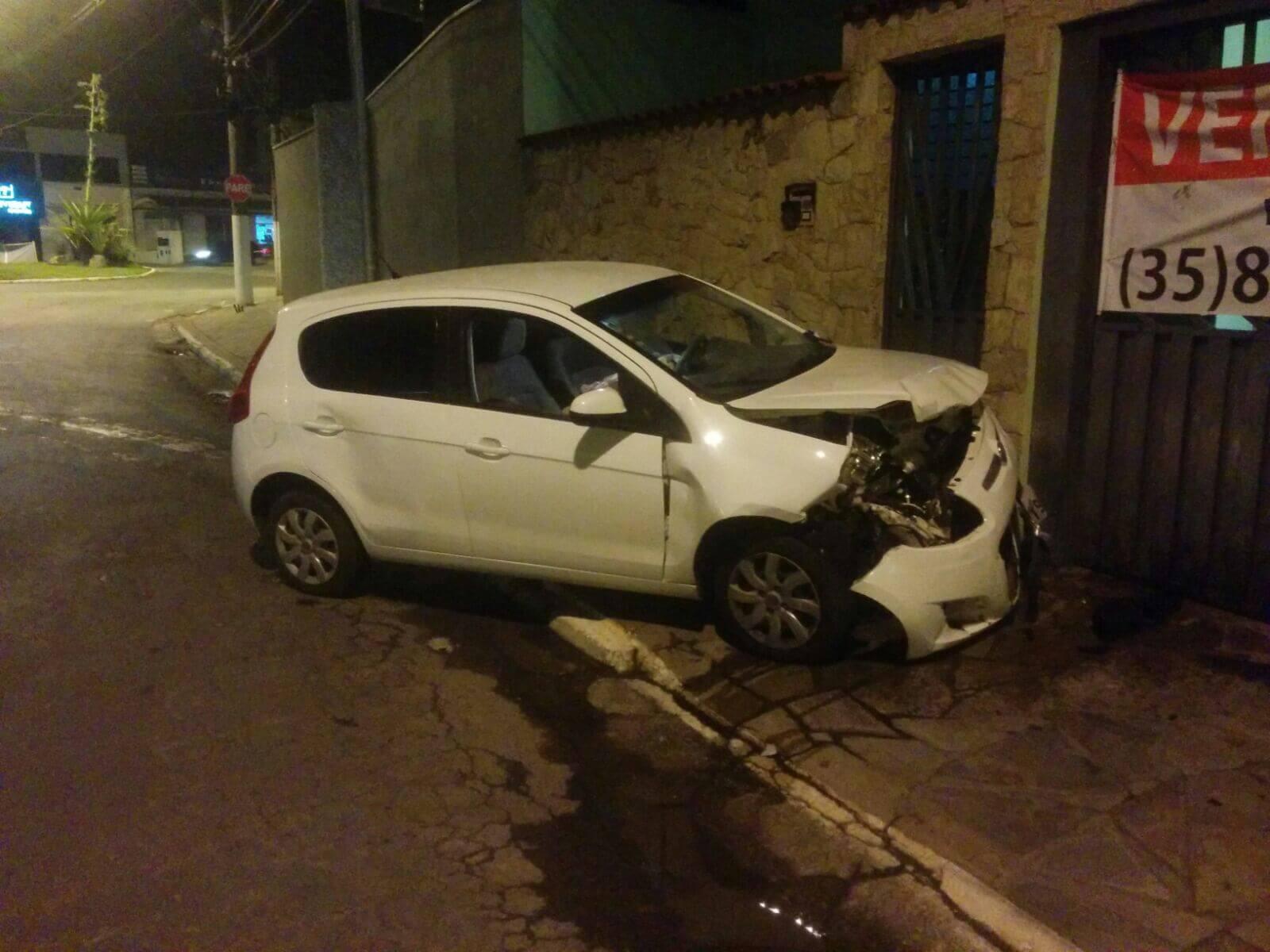 Carro perdeu o controle na rotatoria, bateu em carro parado, atravessou a pista, e veio a colidir com casa.