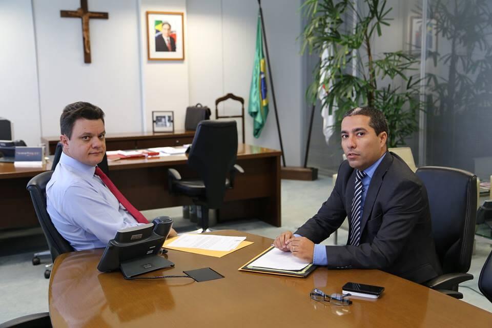 Secretário de Estado de Governo, Odair Cunha, dá a notícia da liberação dos recursos ao vereador Rafael Huhn. Foto: Ascom