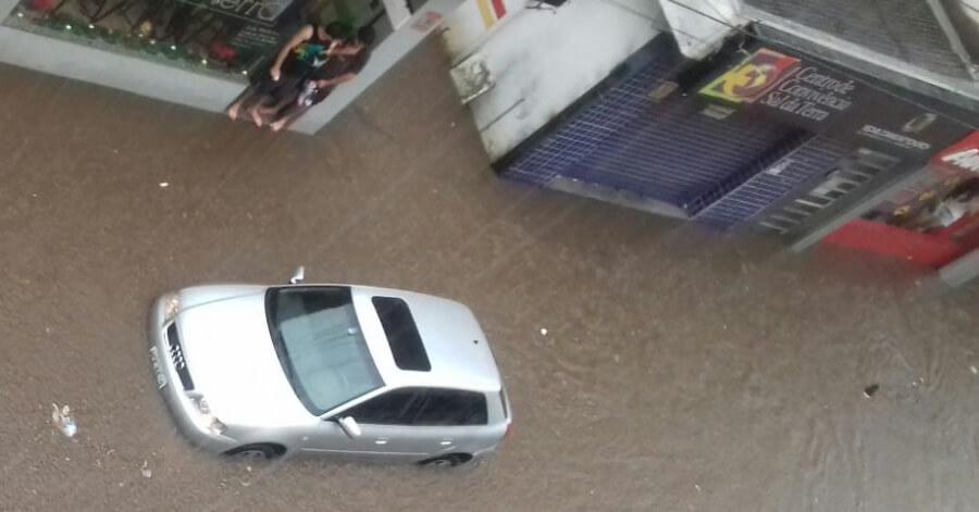 Carro foi inundado.