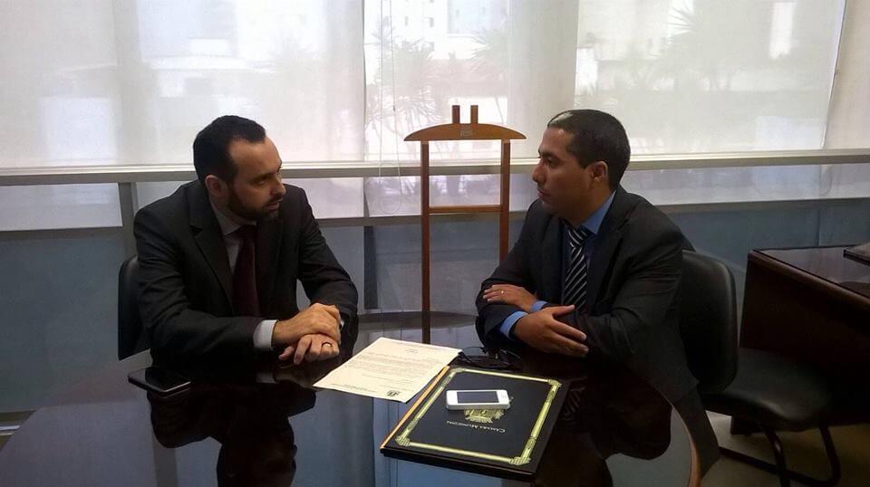 O deputado estadual Ulysses Gomes (PT) e o vereador <a class='post_tag' href='http://pousoalegre.net/topicos/rafael-huhn/' >Rafael Huhn</a> (Rede) comemoram a liberação dos recursos para as escolas de Pouso Alegre. Foto: Ascom