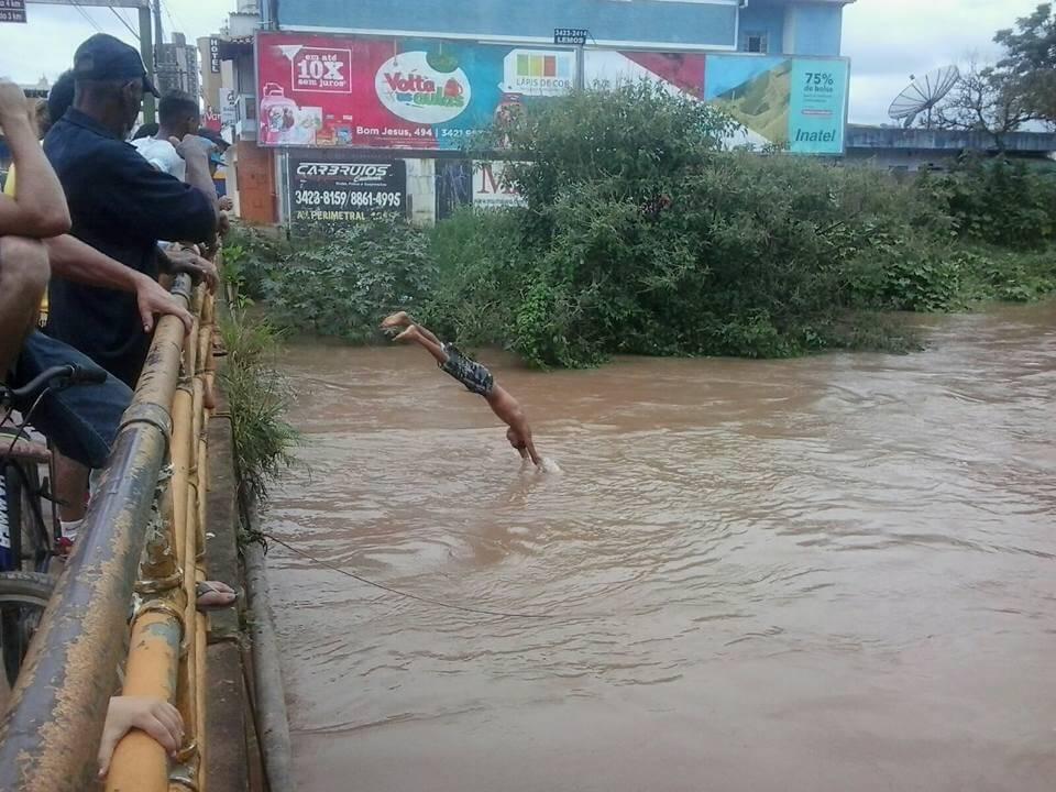 Muitas pessoas foram flagradas pulando no Rio Mandu neste final de semana. Foto enviada por whatsapp