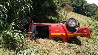 Carro do corpo de bombeiros capotou após colisão. Foto: Vale Independente