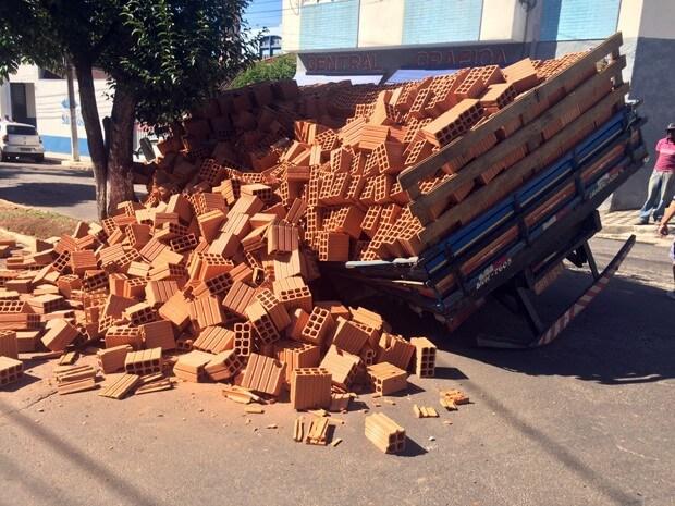 Pista cedeu e caminhão caiu em buraco nesta quarta-feira (6) em Pouso Alegre. Foto: Júlio César Sarkis Corrêa