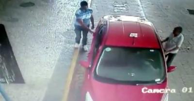 Câmeras de segurança  registraram o momento em que um dos suspeitos combina a corrida com o taxista.