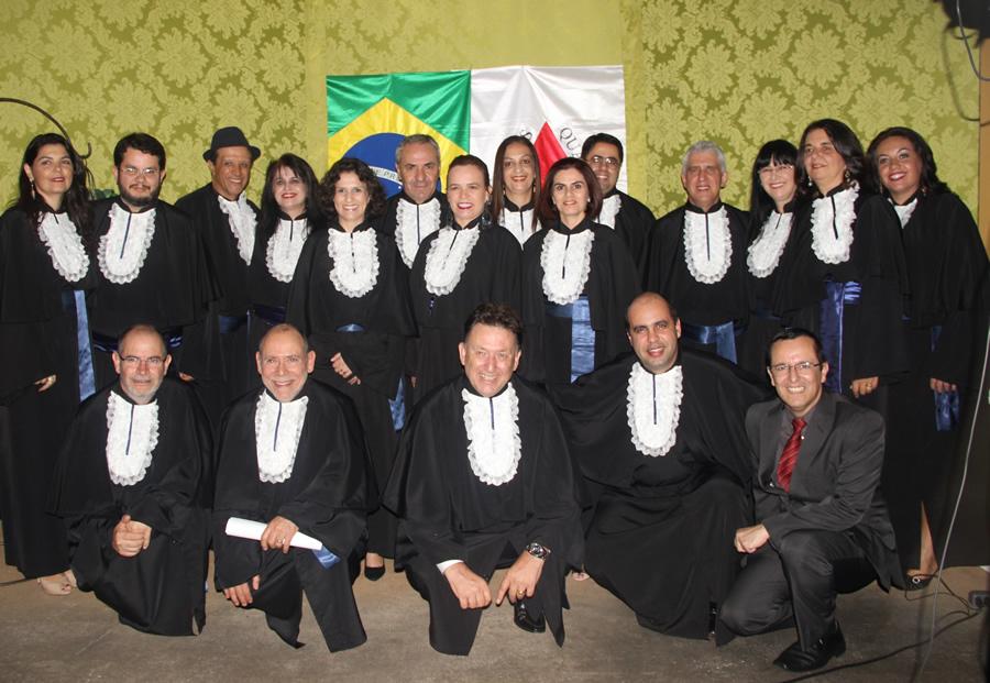 O diretor da FAI, prof. José Cláudio Pereira, e professores da Instituição, entre eles paraninfos, patronos e homenageados .Foto: Ascom FAI