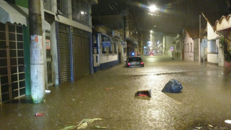 Rua Monsenhor Dutra também ficou alagada.