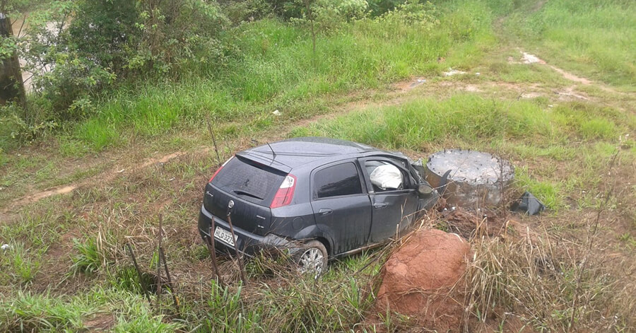 Carro caiu na Dique I e bateu em pilar próximo ao Rio Mandu. Foto: Corpo de Bombeiros.