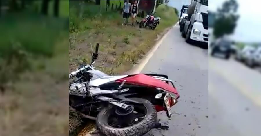 Motociclista morreu após bater em placa. Foto: Reprodução de vídeo enviado por internautas.
