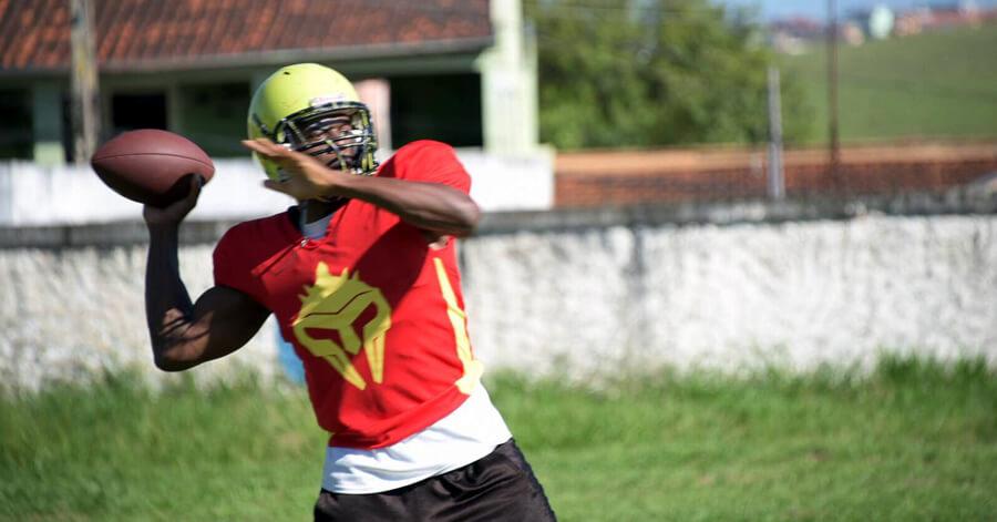 Casey lançando a bola oval em primeiro treino nos Gladiadores.
