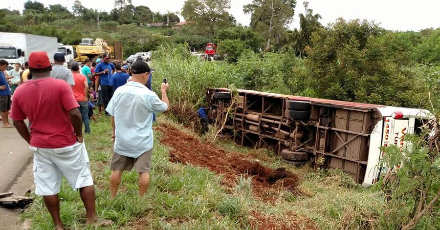 Ônibus tombou na BR 459. Foto: Reprodução Whatsapp