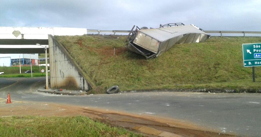 Caminhão tombou no trevo do Costinha. Foto: PRF