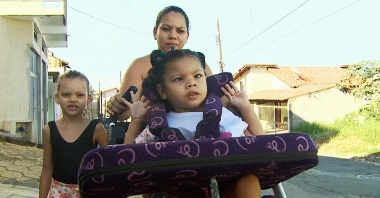 Mãe e filha ficaram 4h esperando por ônibus adaptado em ponto de Pouso Alegre (Foto: Reprodução EPTV)