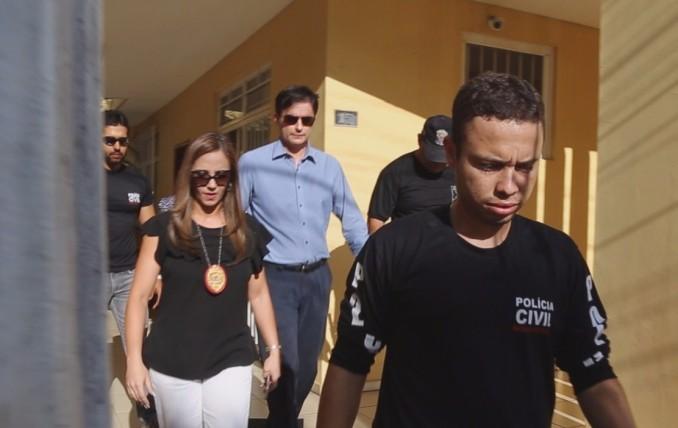 Médico (camisa azul) foi preso em seu consultório (Foto: Mauro Miranda Ferreira / WebTerra)