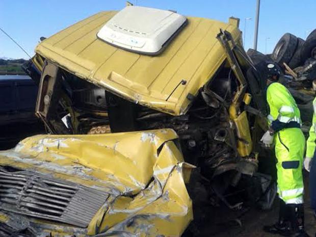Motorista ficou preso em cabine e trabalho de retirada levou cerca de 2h (Foto: Polícia Rodoviária Federal)