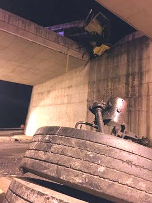 Caminhão carregado com louça sanitária tombou e cabine ficou presa em vão de viaduto da BR-381 (Foto: Polícia Rodoviária Federal)