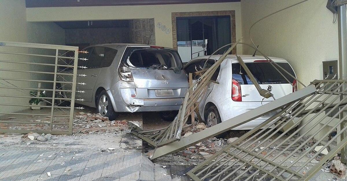 Caminhonete invadiu casa e danificou carros. (Foto: Reprodução Facebook Fernando Lima)