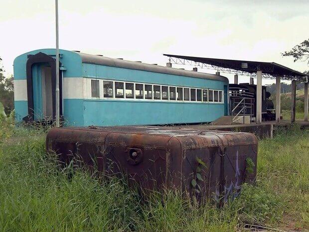 Unica parte da locomotiva que foi pintada esta sem cobertura e precisa de reparos.