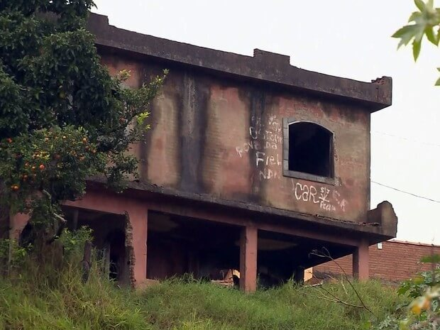 Casas correm o risco de desabar em Pouso Alegre (Foto: Reprodução EPTV)