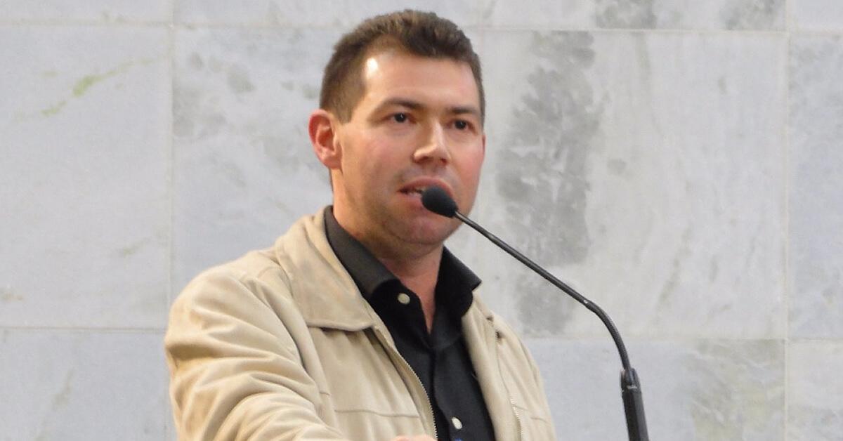 """Adriano da Farmácia na tribuna: """"Politicagem"""", diz."""