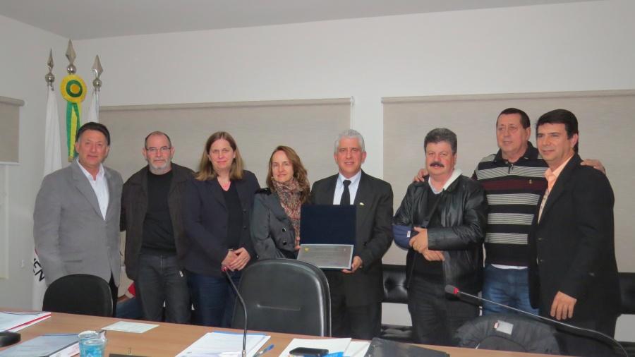 Professores Aldo (autor da moção), Kennedy, Eunice, Silvana, José Cláudio (diretor), Wander (vice-prefeito), Jefferson (prefeito) e Miguel (presidente da Câmara)