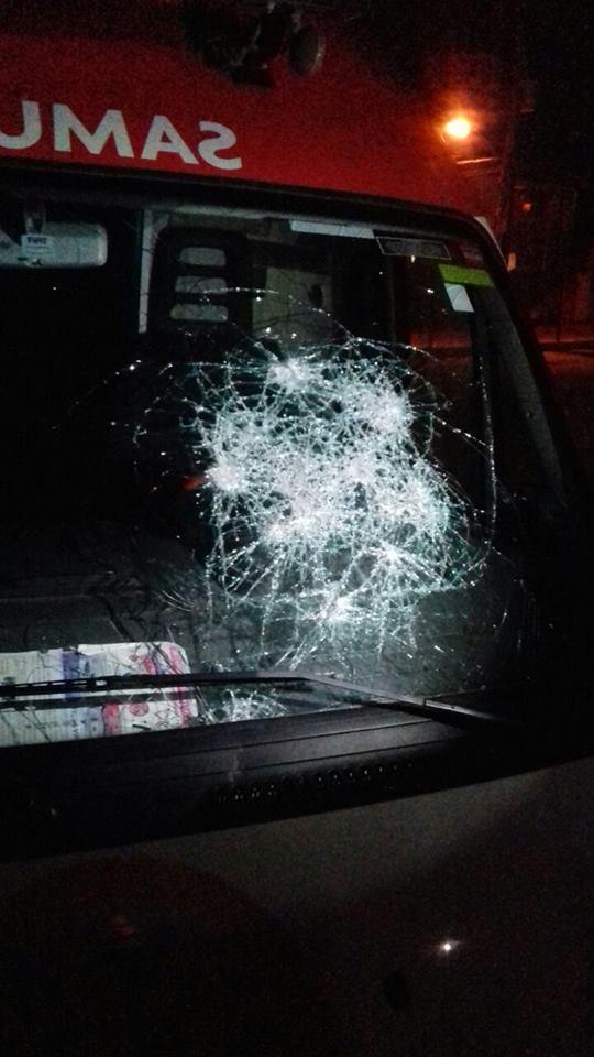 Ambulancia do Samu foi apedrejada (Foto: Redes Sociais)