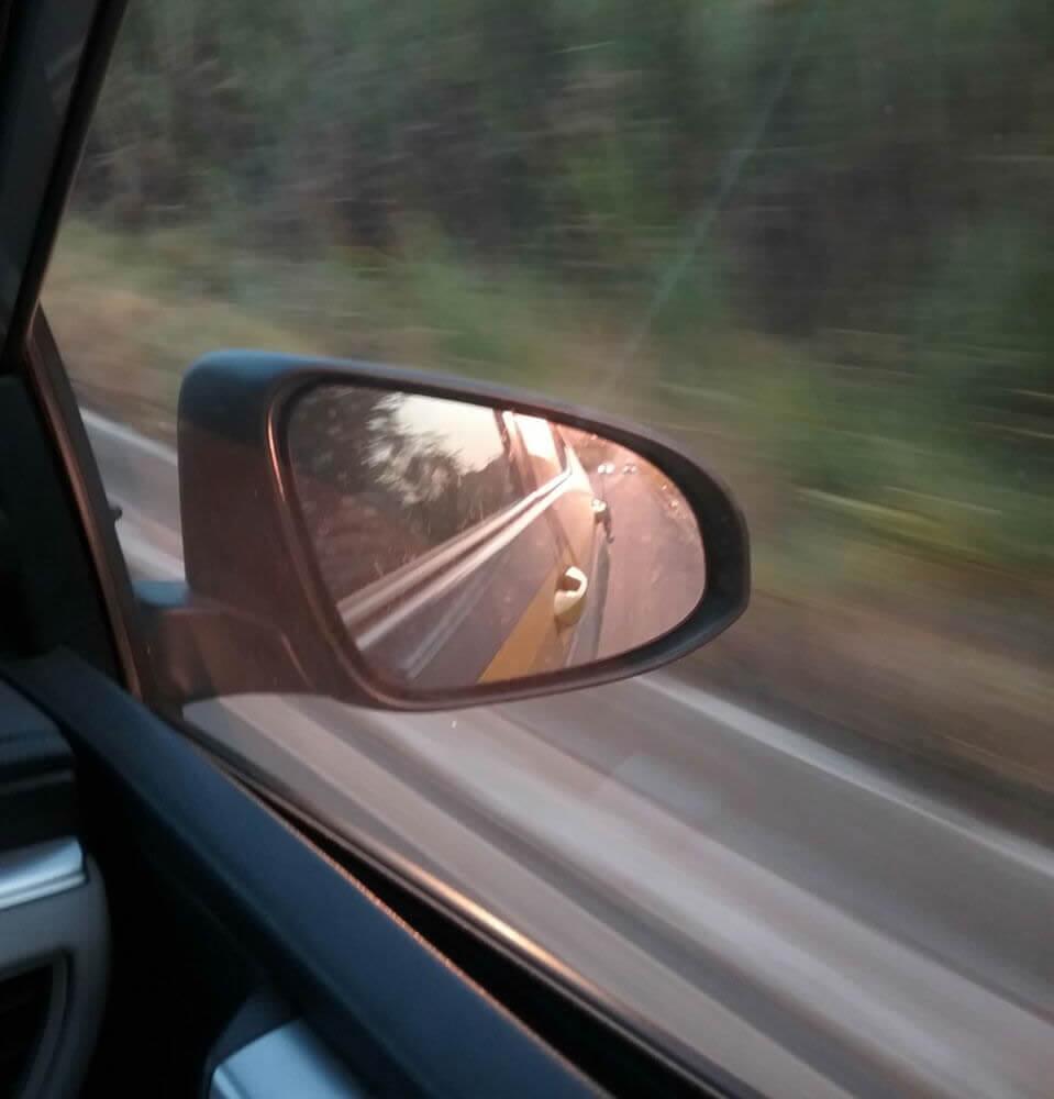 Contram: farol baixo ajuda os motoristas a identificar outros veículos (Foto: PRF / Divulgação)