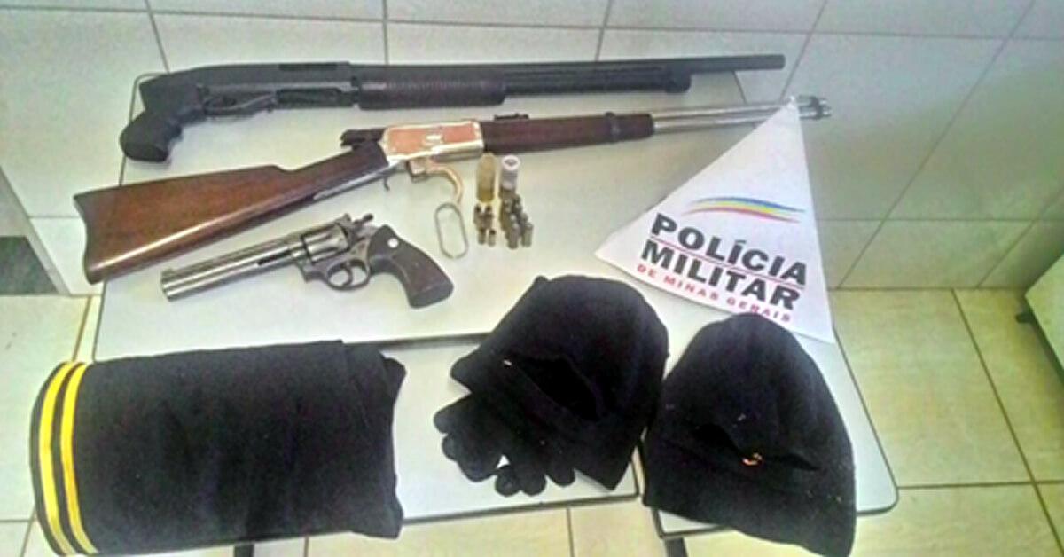 Armas apreendidas com os criminosos (Foto: PM)