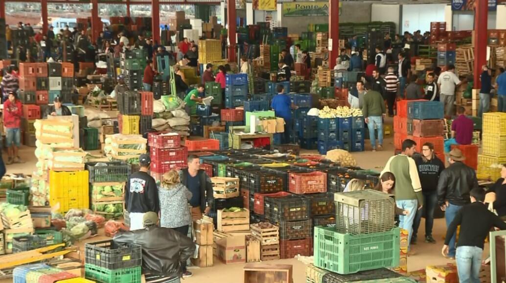 Produtores comemoram aumento das vendas em nova central de abastecimento, em Pouso Alegre (Foto: Reprodução EPTV)