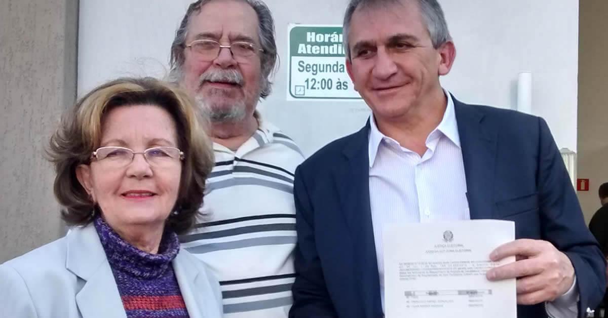 A vive de chapa Lilian Siqueira, o presidente do diretório, Didu Toledo, e o candidato Chico Rafael, protocolaram o registro de candidatura (Foto: Pouso Alegre .net)