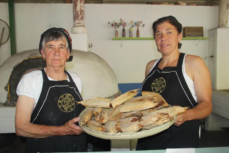 As quitandeiras dona Benedita e sua filha Cida, de Gonçalves, são convidadas especiais do evento e irão preparar duas receitas: broa na palha de milho e cuscuz de banana e queijo