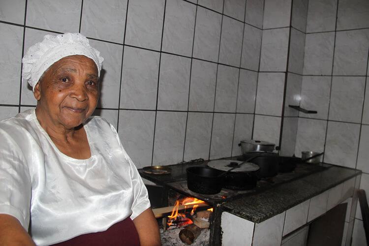 A quitandeira dona Glória, de Pouso Alegre, irá preparar uma de suas delícias: broinhas de amendoim