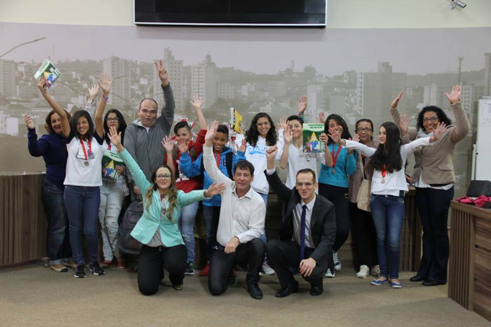 Participantes em confraternização ao fim do primeiro dia da Gincana do Saber (Divulgação Câmara)