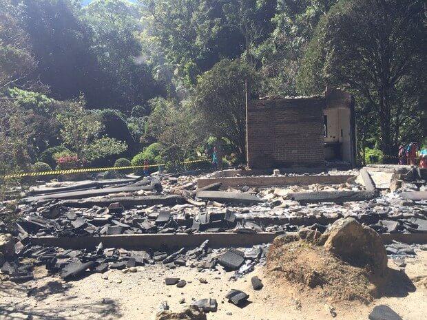 Incêndio destrói um dos atrativos do Recanto Japonês, em Poços de Caldas (MG). (Foto: Thiago Augusto Masaki Luiz)