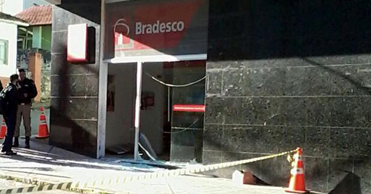 Criminosos explodiram caixa eletrônico no Centro de Itapeva (MG) (Foto: Divulgação/Redes Sociais)