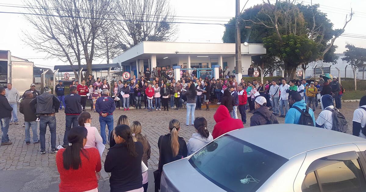Funcionários protestaram contra o fechamento e por beneficios (Foto: Rede Social)