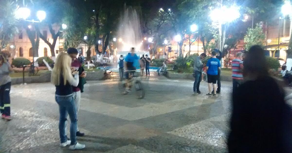 Pessoas de todas as idades tem frequentado a praça para caçar Pokemons (Foto: Pouso Alegre .net)