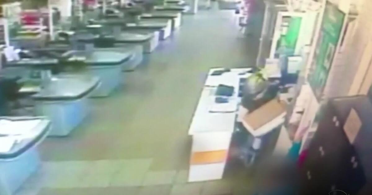 Assaltantes resolveram levar o caixa embora (Imagem: Circuito interno / Reproducao EPTV)