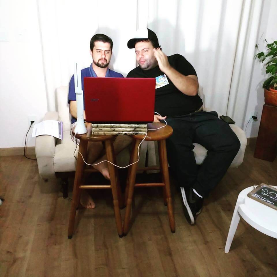 Bruno e seu amigo Adriano Barreiro durante uma das transmissões ao vivo no facebook (Foto: Reprodução Facebook Bruno Dias)